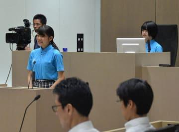 市政の課題について解決策を提言する「ひらつかスクール議会」の生徒ら=平塚市議会