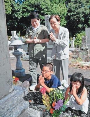 墓参りをする家族連れ=13日午前、大分市の上野ケ丘墓地公園