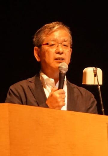 シンポジウムで講演する安日氏=長崎市茂里町、長崎ブリックホール