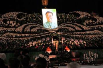 県内外から多くの弔問客が訪れている翁長雄志知事の葬儀、告別式=13日午後、沖縄県那覇市松山の大典寺