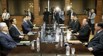 13日、板門店の北朝鮮側施設「統一閣」で開かれた南北閣僚級会談に臨む韓国の趙明均統一相(左手前から2人目)と、北朝鮮の李善権・祖国平和統一委員会委員長(右手前から2人目)(韓国取材団・共同)