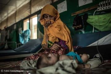 バングラデシュの難民キャンプにあるMSFの診療所で生後3ヶ月の息子に寄り添うロヒンギャの女性(2018年4月30日撮影)