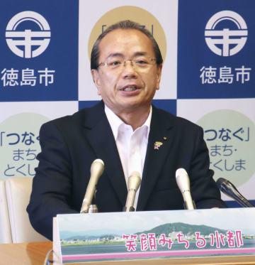 緊急記者会見を開いた徳島市の遠藤彰良市長=13日午後、徳島市