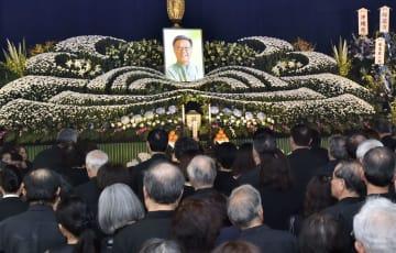 那覇市内で営まれた翁長雄志沖縄県知事の葬儀=13日午後(代表撮影)