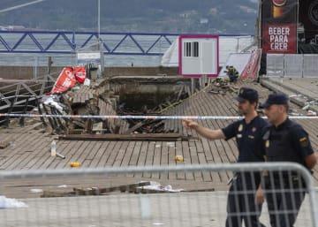 13日、スペイン北西部ビゴで遊歩道が一部崩壊した事故現場の周辺を歩く警察官(AP=共同)