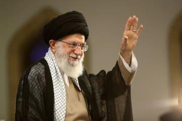 13日、イラン首都テヘランで手を振る最高指導者ハメネイ師(ロイター=共同)