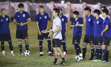 ジャカルタ・アジア大会の初戦を前に、現地入り後の初練習で、選手に指示するサッカー男子の森保監督(中央)=ジャカルタ近郊(共同)