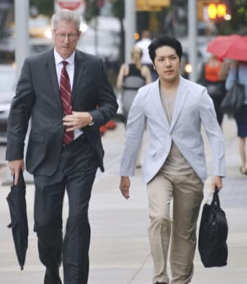 13日、留学先の米ニューヨークのフォーダム大ロースクールに通学する小室圭さん(右)(共同)