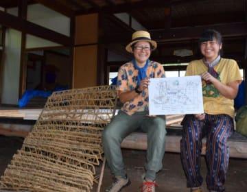 内装のレイアウトデザインを手にする遠藤さん(左)と茅野さん。左の養蚕道具が「蔟」