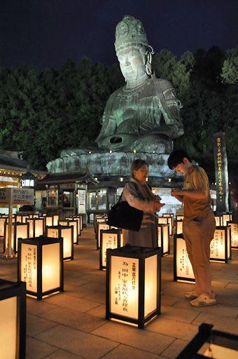 約3千基の灯籠が昭和大仏を照らした「盂蘭盆万灯会」=13日午後7時30分ごろ、青森市桑原の青龍寺
