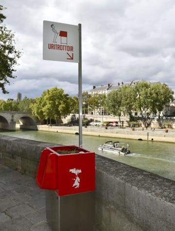 パリ中心部サンルイ島の歩道に設置された男性用公衆便所=13日(共同)