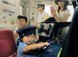 「僕は運転士」と車両のハンドルを握る子ども=御崎公園駅