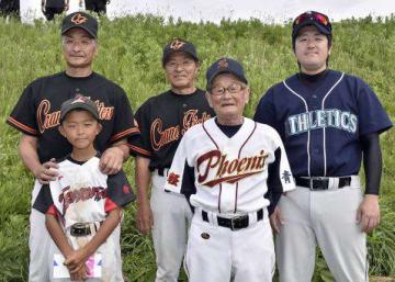 4世代で野球を行った松山武志さん(前列中央)、和聖君(同左)と(後列左から)力さん、久志さん、良太さん