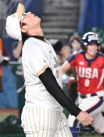 日本―アメリカ 3回裏アメリカ2死一、二塁、3ランを浴び、天を仰ぐ日本の上野=ZOZOマリン