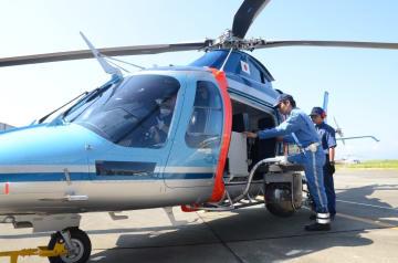 高速道の交通違反取り締まりで活躍している佐賀県警の小型ヘリ「かささぎ」=佐賀市川副町