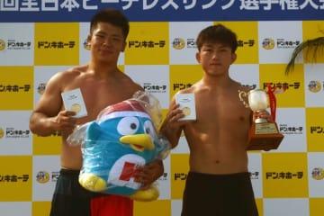 国士舘OBが大活躍。重量級優勝の加藤耀汰(左=国士舘クラブ)と中量級優勝の阿部宏隆(サコス)