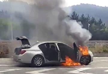 韓国・慶尚南道の高速道路で出火したBMWの車両=9日(慶尚南道消防本部提供・聯合=共同)