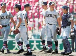浦和学院-仙台育英 8回表浦和学院無死一、三塁、マウンドの大栄(右から2人目)に声をかける仙台育英ナイン