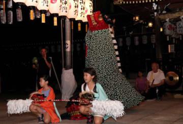 多賀大社の参道で、「獅子舞」の場当たり稽古をする近江猿楽多賀座の座員たち(多賀町多賀)