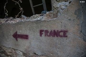 「死の抜け道」の途中、廃屋に書かれたフランスへの道しるべ