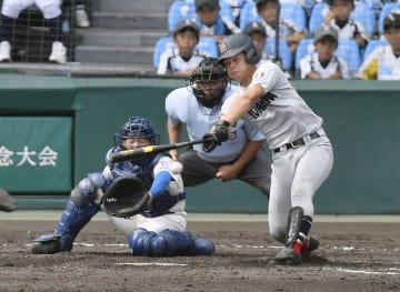 花咲徳栄―横浜 4回表横浜無死二塁、角田が左前に適時打を放つ。捕手田谷野=甲子園