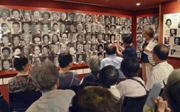 「女たちの戦争と平和資料館」で開かれた、亡くなった被害女性を追悼する集い=14日午後、東京都新宿区