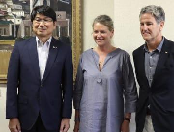 長崎市の田上富久市長(左)と面会した、映画「長崎の郵便配達」に主演するイザベル・タウンゼントさん(中央)ら=14日午後、長崎市役所