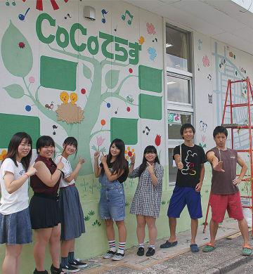 2014年に学生たちが制作したCoCoてらすの壁面アート。学生たちはコミュニティカフェやバーベキューなど、地域住民が参加できるイベントなども企画して実施している
