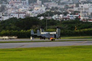 米軍嘉手納基地に緊急着陸した米軍普天間飛行場所属のオスプレイ=14日午後6時50分(読者提供)