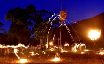 柱上の籠をめがけ、火の着いたアカシを投げ入れる「柱松」=姶良市北山
