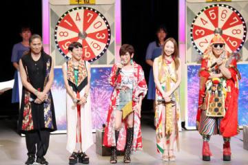 「サマージャンボ宝くじ」「サマージャンボミニ」抽選会に登場したTRFの(左から)SAMさん、ETSUさん、YU-KIさん、CHIHARUさん、DJ KOOさん