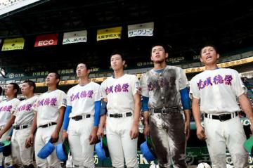 グラウンドへ涙ながらにあいさつをする花咲徳栄ナイン=14日、兵庫県西宮市の甲子園球場