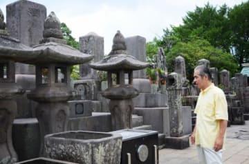 南洲墓地に立つ大日琳太郎さん=鹿児島市