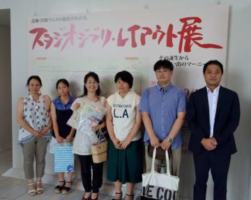 3万人目となった坂口慶子さん(右から4人目)=14日午後、宮崎市の県立美術館