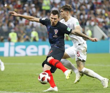 サッカーW杯ロシア大会、準決勝のイングランド戦で延長後半に決勝ゴールを決めるクロアチアのマンジュキッチ=モスクワ(共同)
