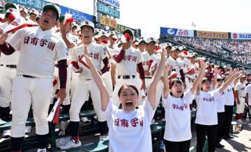 逆転を信じ、声を張り上げて応援する日南学園応援団と野球部員=14日午前、兵庫県西宮市・甲子園球場