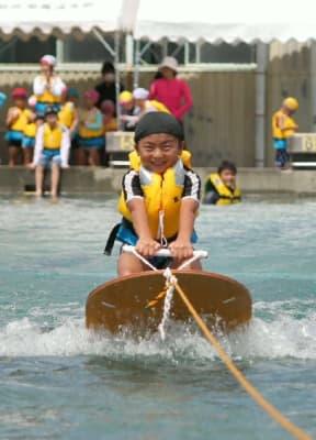 「気持ちいい!」。水上スキーを体験する子ども=中津市の市民プール