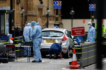 英国会議事堂前での車暴走で、現場検証の様子=14日、ロンドン(ロイター=共同)