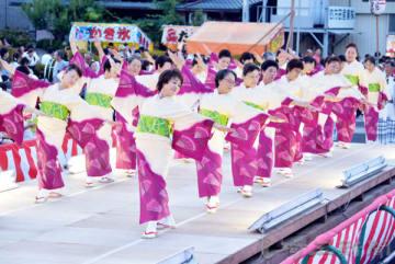 秩父音頭を踊る参加者たち=14日午後6時25分、埼玉県皆野町役場前