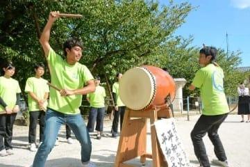 平和願う小倉祇園太鼓 自転車リレーの学生8人、長崎で披露 [長崎県]