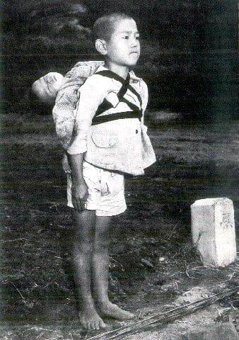 長崎「焼き場の少年」共感 原爆「悲しみ」を発信 写真カード好評、増刷へ [長崎県]