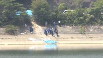 被害女性、外出先でトラブルか ダムで衣装ケースから遺体
