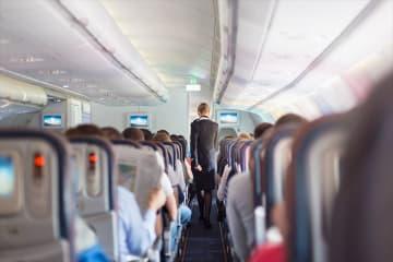 【飛行機での日本人の国民性】機内で靴を脱がないとくつろげない日本人