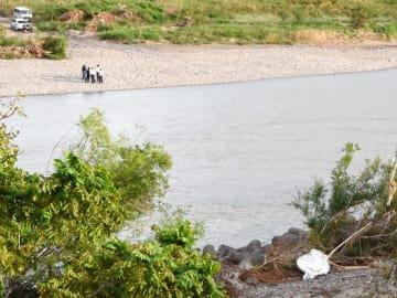 男女2人が死傷した事故現場=14日午後5時38分、岐阜市、長良川