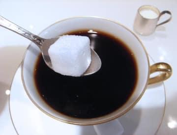 缶コーヒーにはこの角砂糖が16個分も入っている(C)日刊ゲンダイ
