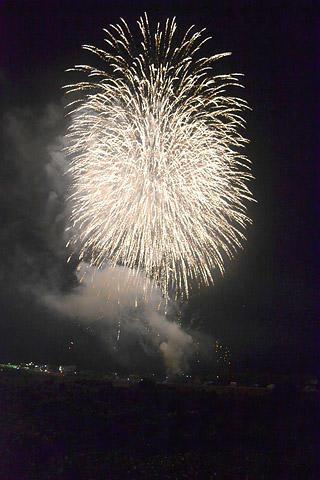武儀川を彩る花火の大輪=岐阜県関市武芸川町八幡