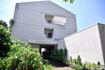 外壁の吹きつけ材などにアスベストが含まれていた県立新居浜病院の建物=14日午後、新居浜市本郷3丁目