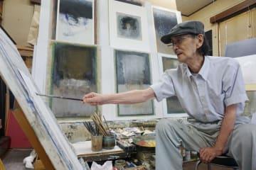 自宅アトリエで制作に当たる米村昭彦さん。15歳の時、旧満州で終戦を迎えた=長崎市油木町