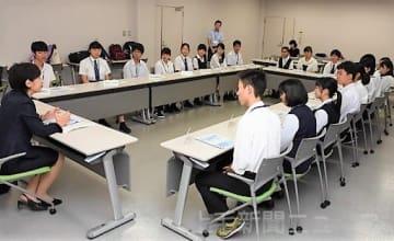 質問の大切さを伝える小林塾長(左端)