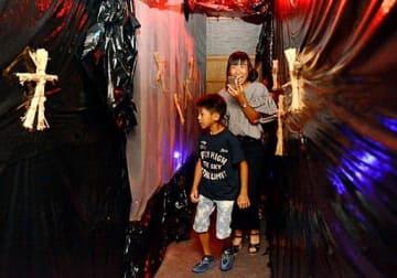 恐る恐るお化け屋敷に入る子どもたち=14日、境港市の夢みなとタワー